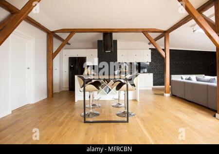 Schon ... Modernen Barhockern Und Schwarzen Tisch Im Apartment Im Dachgeschoss  Interieur Mit Holzboden, Balken Und Grau