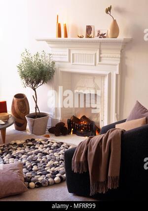 Holzfeuer Im Kamin Verbrennen · Lit Feuer Im Kamin In Moderne Wohnzimmer    Stockfoto