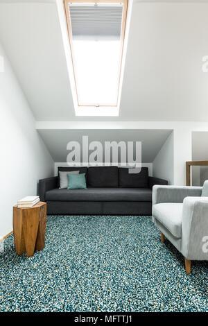 ... Schwarze Und Graue Sofa In Ein Dachgeschoss Wohnzimmer Einrichtung Mit  Einem Teppich, Weiße Wände Und