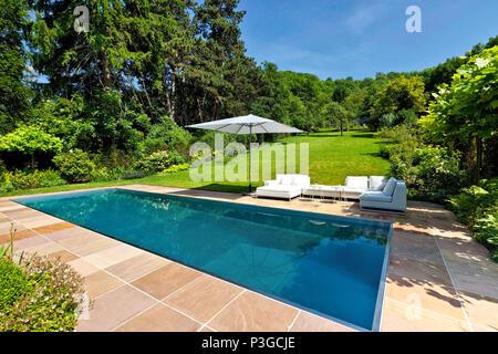 ... Modernes Schwimmbad Im Garten Im Hinterhof   Stockfoto