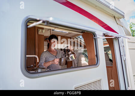 https://n450v.alamy.com/450vde/pgg8pb/frau-kochen-im-wohnmobil-reisemobil-interieur-vr-familie-urlaub-reisen-urlaub-im-reisemobil-caravan-auto-urlaub-pgg8pb.jpg