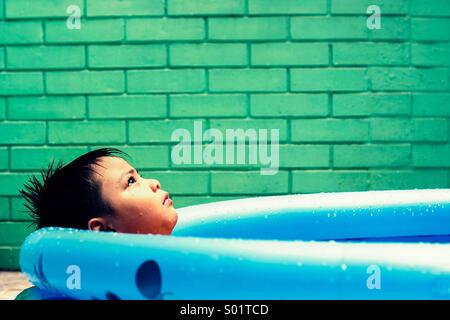 Kind in ein Kinderplanschbecken - Stockfoto