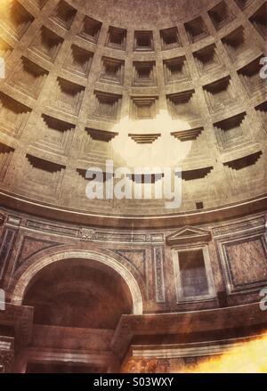 Ein brillante Lichtkreis trifft das Innere der Kuppel des Pantheons, wie Sonne durch das Oculus, in strömt. Rom, - Stockfoto