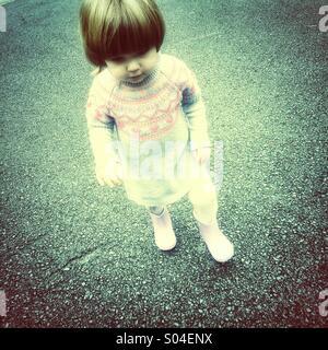Kleinkind zu Fuß mit Gummistiefel - Stockfoto