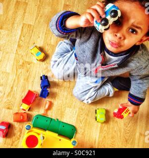 Kleiner Junge spielt mit seinen Spielsachen. - Stockfoto