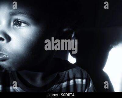 Traurige kleine Junge auf der Suche von der Kamera entfernt. - Stockfoto