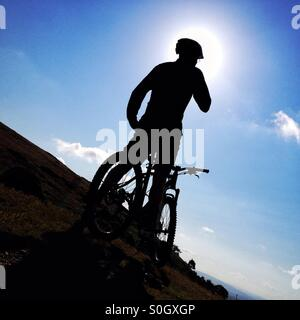 Silhouette des Mannes mit Mountainbike - Stockfoto