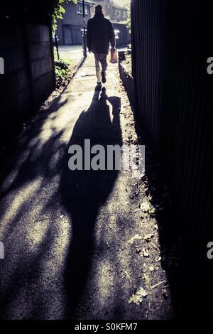 Mann zu Fuß Gasse - Stockfoto