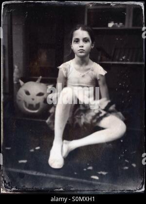 Mädchen gekleidet in einen Zombie-Ballerina-Kostüm zu Halloween. - Stockfoto