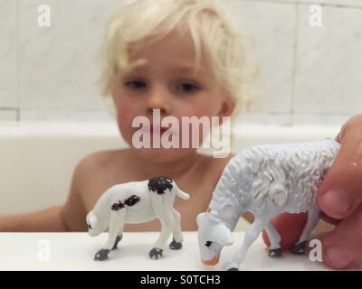 Jungen spielen in der Badewanne - Stockfoto