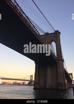 Unter der Brooklyn Bridge in New York - Stockfoto