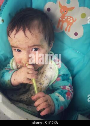 Baby Essen messily - Stockfoto