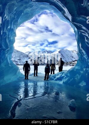 Höhlen erkunden Eis am Spencer Gletscher, Alaska - Stockfoto
