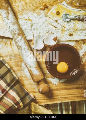 Pastaherstellung mit Zutaten und Küchenhelfer - Stockfoto