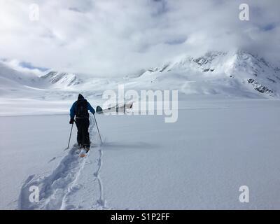 Skifahren auf der Oberseite von Spencer Gletscher nach fliegen herum. - Stockfoto