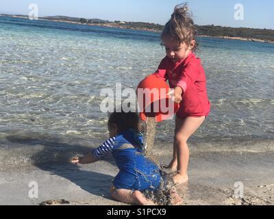 Geschwister zusammen spielen am Strand, Costa Smeralda Sardinien - Stockfoto