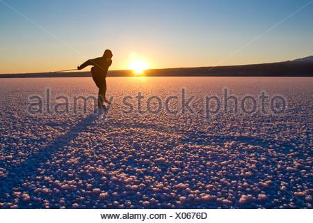 Mann Nordic Eislaufen auf dem zugefrorenen See Skilak, Halbinsel Kenai, Alaska Yunan, Winter - Stockfoto