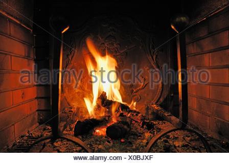 ... Anmelden Feuer In Einem Kamin.   Stockfoto