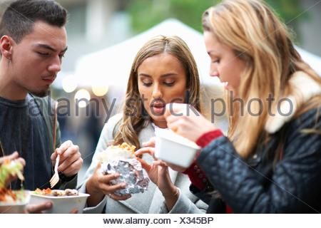 Gruppe junger Erwachsener, Speisen zum mitnehmen, im Freien zu essen - Stockfoto