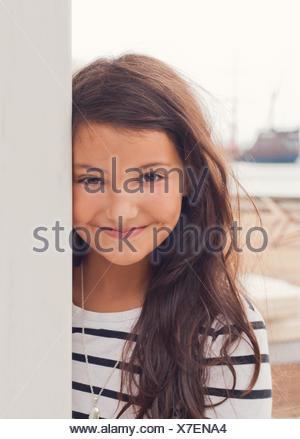 Kleines Mädchen in hübsches Kleid und Cowboy-Stiefel Stockfoto, Bild ...