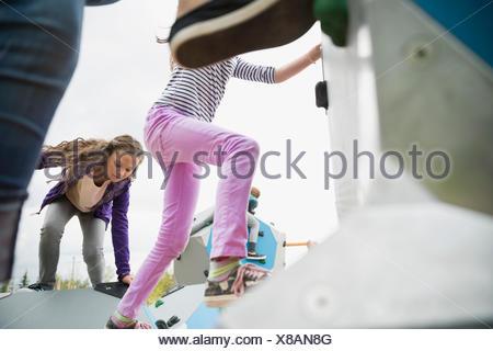 Kinder klettern geometrische Formen auf Spielplatz - Stockfoto