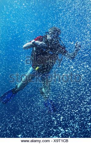 Asien, Indonesien, Bali, Taucher, Luftblasen in kristallklarem Meerwasser - Stockfoto