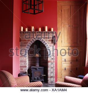 Kleine Brennende Holzofen Eine Gotische Form Backstein Kamin Aussparung In  Einem Tief Rosa Wohnzimmer Mit Einem