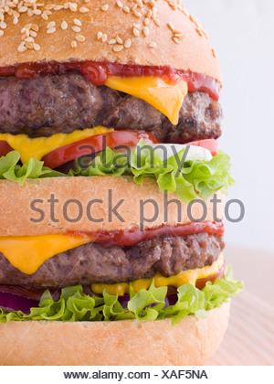 Doppel-Käse Burger In einem Sesam Brötchen - Stockfoto