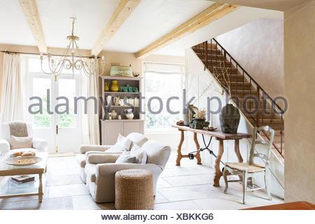 Sofas Und Treppe In Modernes Wohnzimmer   Stockfoto