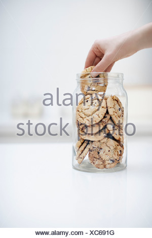 Hand Griff nach Cookie jar - Stockfoto