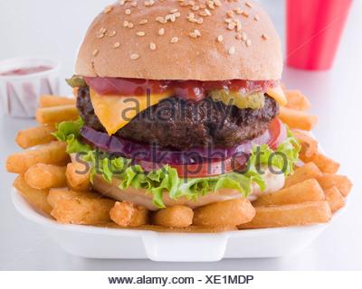 Cheeseburger In einem Sesam Brötchen mit Pommes frites - Stockfoto