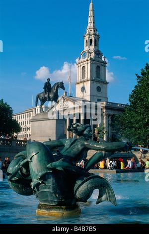 Gran Bretaña - London - St James's district - escultura y fuente - Trafalgar Square con la Iglesia de St Martin Foto de stock
