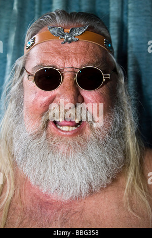 Quies es??? Laughing-viejo-rockero-con-falta-de-dientes-el-pelo-largo-y-barba-gafas-de-sol-y-diadema-bbg358