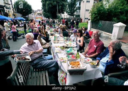 """Uno de los muchos """"grandes comidas"""", organizada el 18 de julio de 2010. Esta fue en aumento Ditchling, Brighton. Foto de stock"""