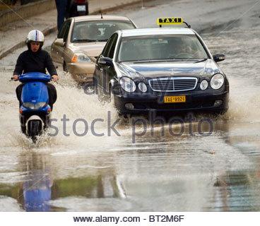 Fuertes lluvias inundaron algunas carreteras en Grecia Foto de stock