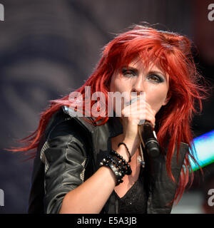 BOLKOW, POLONIA - Julio 19, 2014: Agnieszka Lesna durante el concierto banda Desdémona en el Castillo parte dark Foto de stock