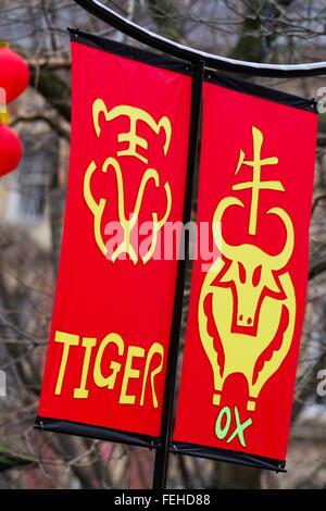 Arte & arte feliz año nuevo decoraciones, cuelgan banderines. Fase de caracteres chinos para significar buena suerte. Foto de stock