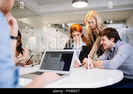 Los empresarios africanos en la reuni n foto imagen de for Maduras en la oficina