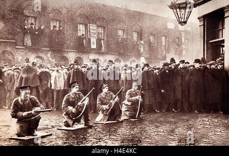 Los soldados en el asedio de Sidney Street de enero de 1911, un tiroteo en el East End de Londres entre una fuerza Foto de stock