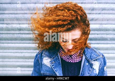 Retrato de una bella pelirroja adolescente Foto de stock