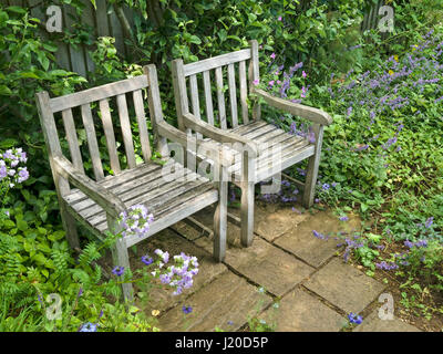 Muebles de jardín de madera en el patio bajo la lluvia Foto & Imagen ...