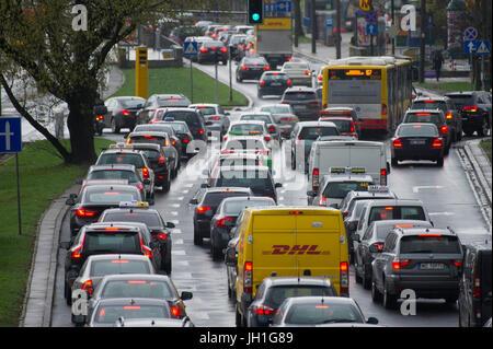 Atasco de tráfico en la Avenida Independencia, en Varsovia, Polonia. El 6 de abril de 2017 © Wojciech Strozyk / Foto de stock