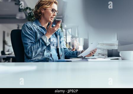 Gerente joven hablando por tel fono en la oficina aislado for Telefono de la oficina