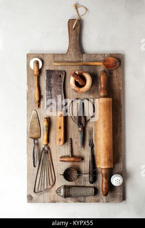 Grupo de utensilios de cocina vintage sobre fondo gris Foto & Imagen ...