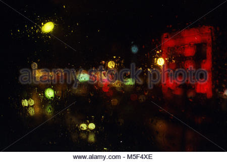 Vista borrosa desde detrás de un vidrio de un bar en un día lluvioso en París Foto de stock