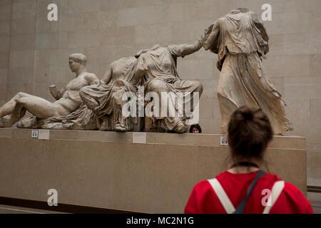 Los visitantes admiran la escultura de la antigua Grecia los mármoles de Elgin metopas del Partenón en el Museo Británico, el 11 de abril de 2018, en Londres, Inglaterra. Foto de stock