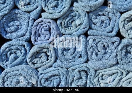 Résumé fond fin view close up of rolled up towel bleu en piles à côté piscine en attente d'utilisation par les passagers Banque D'Images