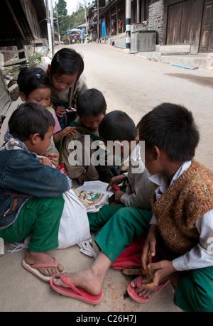 Groupe d'enfants de la lecture. Ville Nahmsan. Le nord de l'État Shan. Myanmar Banque D'Images