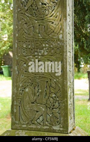 Close up detail d'une croix celtique qui marque la tombe de John Ruskin, écrivain, poète et artiste, à St Andrews Banque D'Images