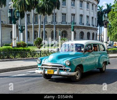 vieilles voitures am ricaines des ann es 50 toujours utilis s comme taxis dans les rues de la. Black Bedroom Furniture Sets. Home Design Ideas